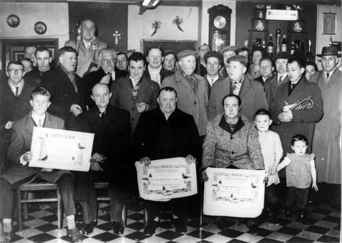 Foto uit 1961 met de hulde van de duivenkampioenen.
