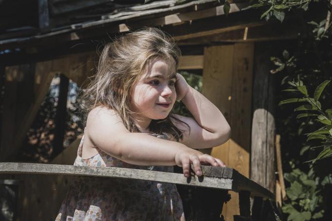 Clara is vier jaar, maar heeft al een heel levensverhaal. Ze heeft een immuunstoornis en een zeldzaam syndroom waar tal van therapieën voor nodig zijn.