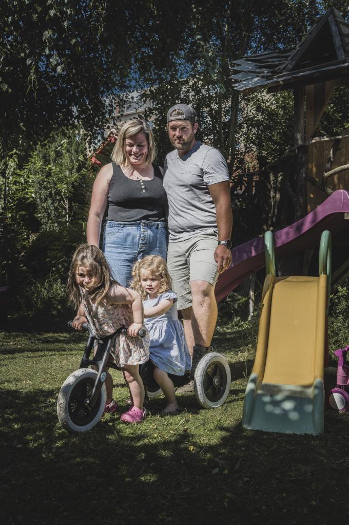 Melanie Clemens en Tom Vandierendonck met hun dochtertjes Clara (bijna 4) en Myrthe (2,5).