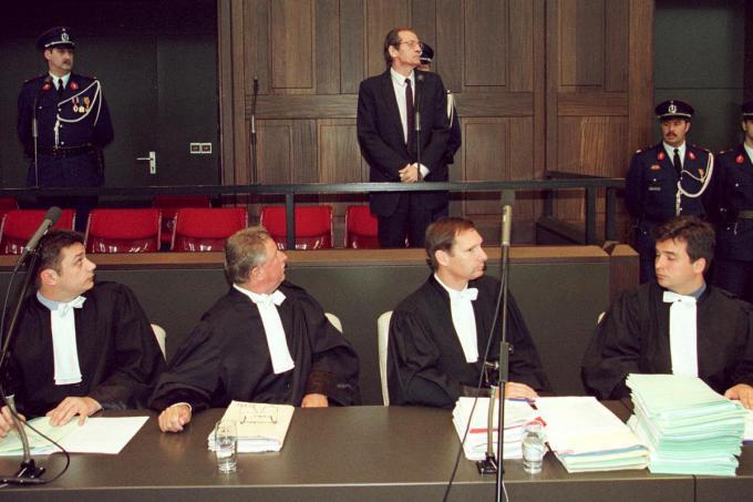 Willy Deleu bij de start van het assisenproces over de moord op Pia Warnitz. Rechts onderaan zit één van zijn advocaten, huidig burgemeester van Roeselare Kris Declercq.