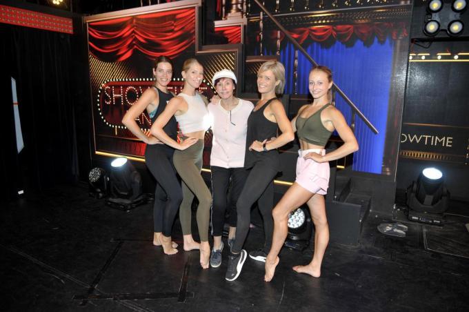 De dames van het ballet, samen met Jacky Lafon.