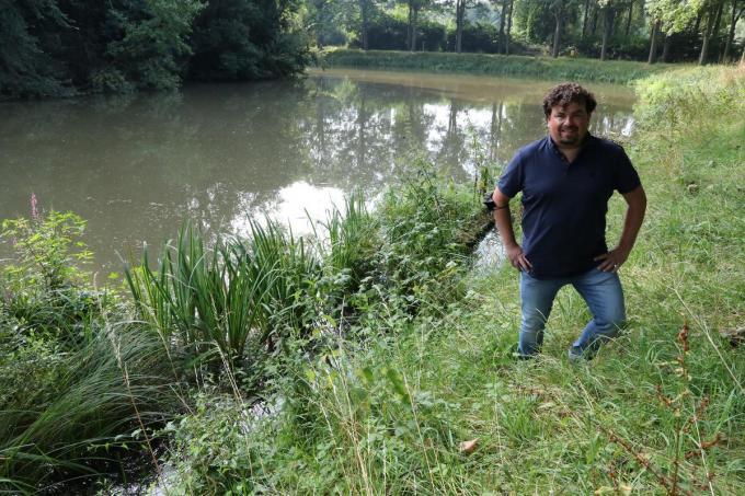 Schepen Valentijn Despeghel bij de drijvende plantenmatten die aangelegd werden op het water van de vestingen. Dat project wil hij nu graag doortrekken naar Zillebekevijver.