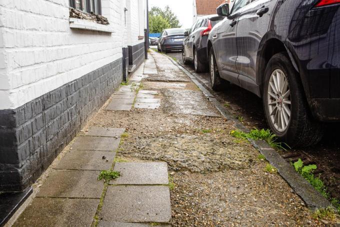 De voetpaden liggen er na vorige werken al enige tijd zo bij.