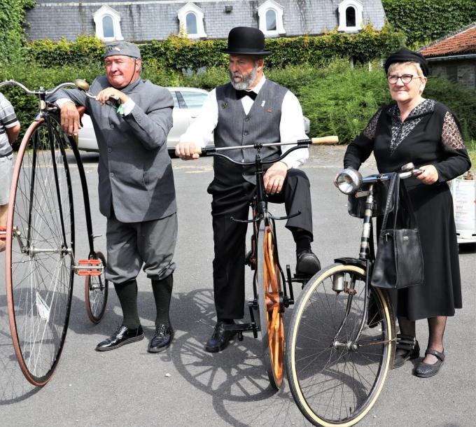 De deelnemers waren uitgedost volgens de mode van die tijd.