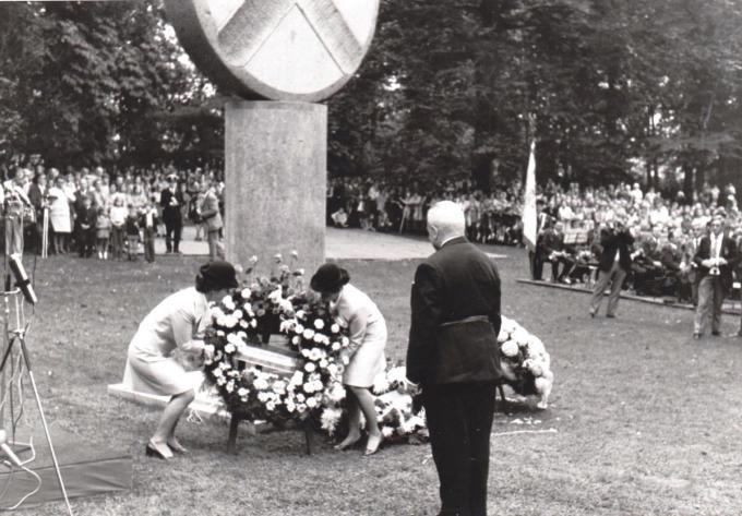 Een beeld van de onthulling van het monument 50 jaar geleden, met burgemeester Cattebeke.