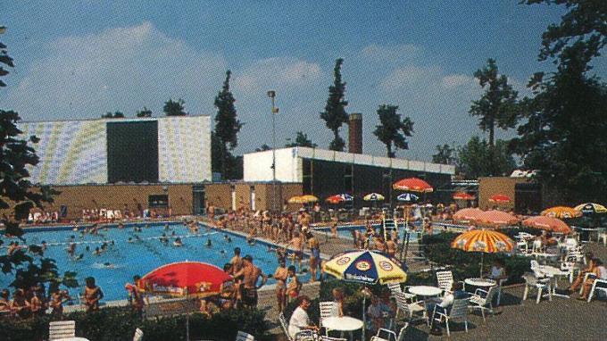 Het zwembad in zijn oorspronkelijke staat, nog zonder speeltoestellen.