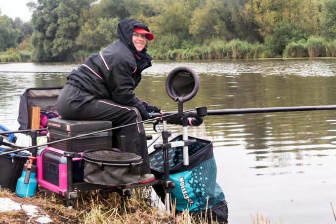 Iris Vermeersch in volle actie tijdens het WK sportvissen in Nederland.