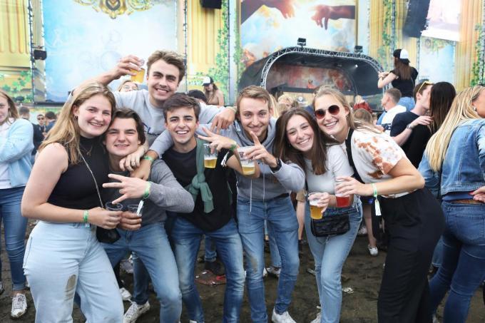 Veel jong volk uit de eigen regio op het festival. Aan sfeer geen gebrek.
