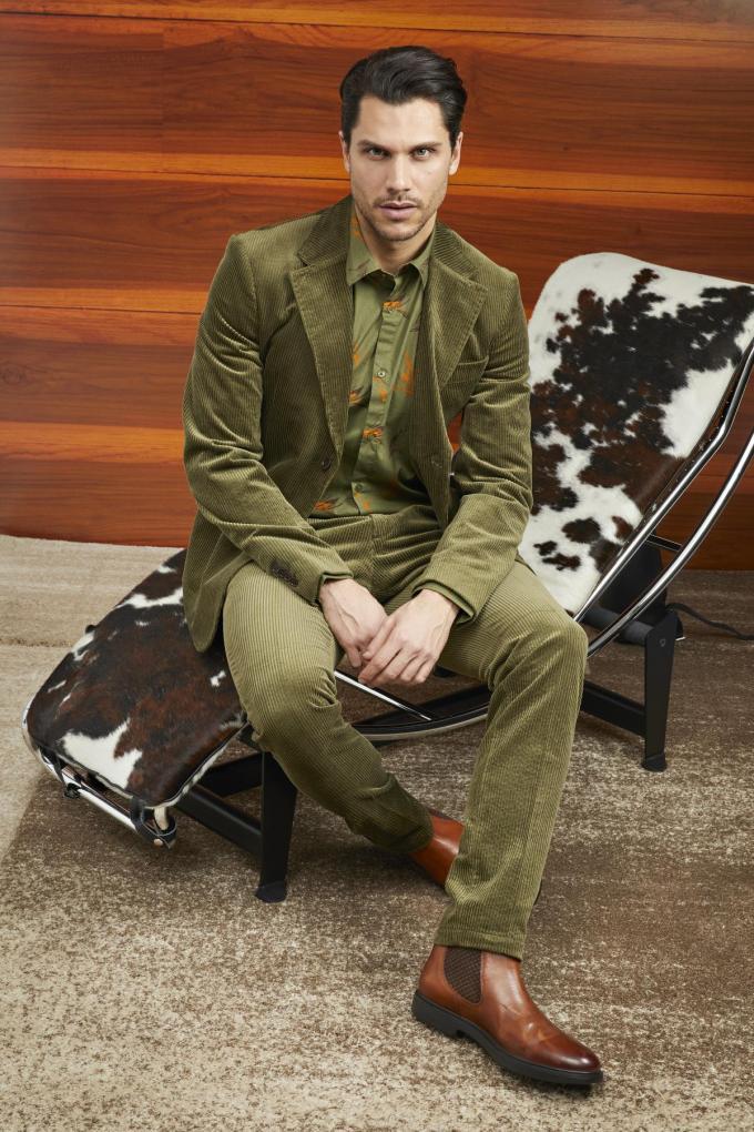 Ribfluwelen pak (blazer 229 euro, broek 119 euro) en bedrukt hemd (99,90 euro), van Marciano Guess.
