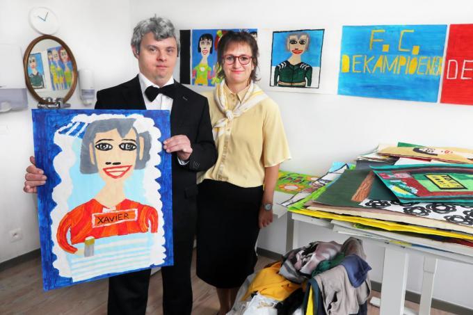Jan Deceuninck in de Aznavour-outfit van wijlen zijn idool Johny Voners (alias Xavier Van FC De Kampioenen) samen met Ellen Mortier, alias Doortje.
