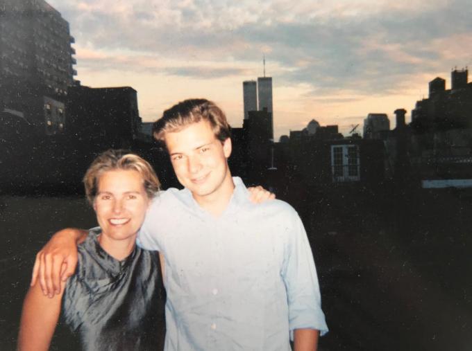 Catherine de Zegher met haar zoon Samuel voor de beroemde torens. De Kortrijkse werkte van 1997 tot 2007 in New York.
