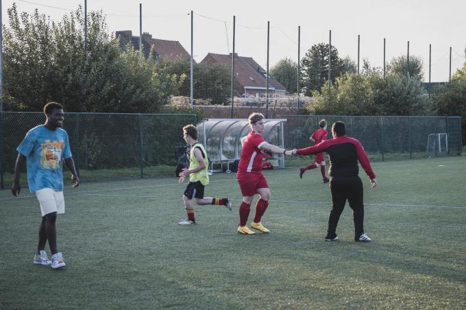Een van de G–voetballers van KV Kortrijk viert na een doelpunt op training. Een lachende Jesaja Herrmann (links) geniet mee.