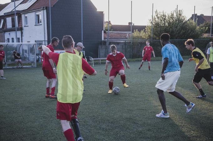 De G-voetballers van KVK kregen woensdag enkele spelers van de A-kern over de vloer.