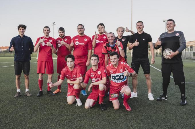 Een van de ploegen van het G-voetbal in Kortrijk, met Tsotne Bendianishvili en Ante Palaversa.
