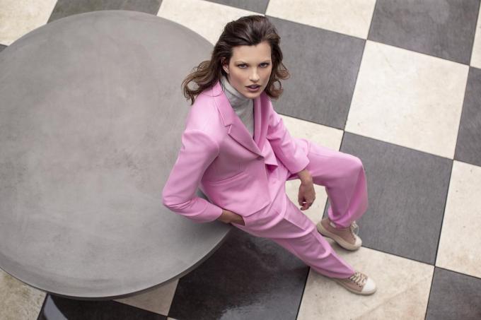 Met dit roze broekpak fleur je de werkvloer helemaal op: blazer (269 euro) en bijhorende pantalon (209 euro), van Gigue.