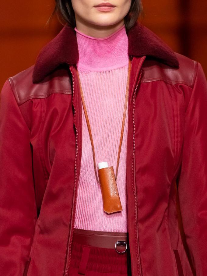 Lederen kokertasje, speciaal ontworpen voor de lipstick, van Hermès. (Prijs niet meegedeeld).