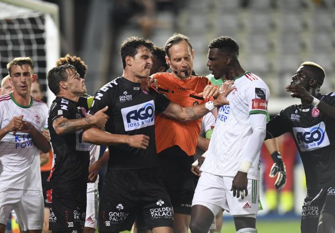 Aleksandar Radovanovic pakte in blessuretijd nog een rode kaart.