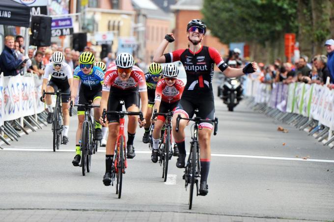 Marith Vanhove sprint als eerste over de streep.
