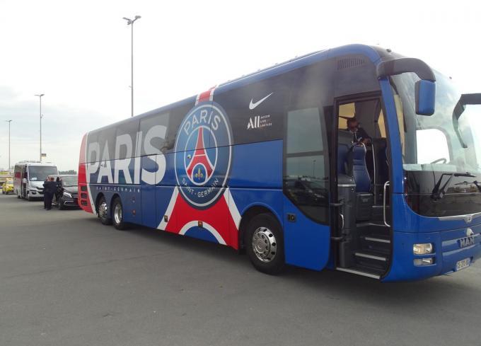 De spelersbus van PSG wacht de wereldsterren op op het asfalt.
