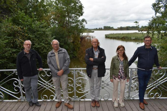 Op de foto zien we v.l.n.r. Lieven Stubbe, Rudy Claeys, Dirk Wybo, Katrien Vanhoudt en Peter Bossu van Natuurpunt De Bron.