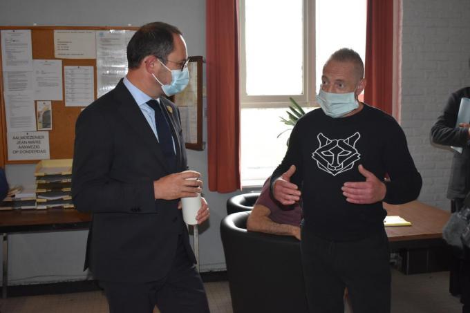 De minister in gesprek met een gedetineerde. (foto LK)