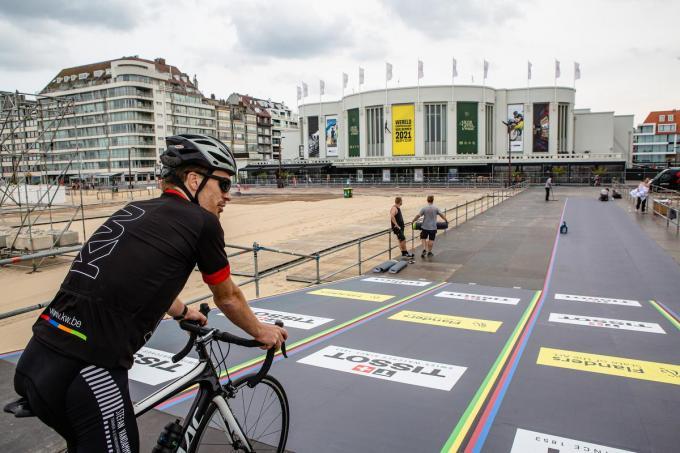 Na het startpodium rijden de renners over een strook antislipmatten.