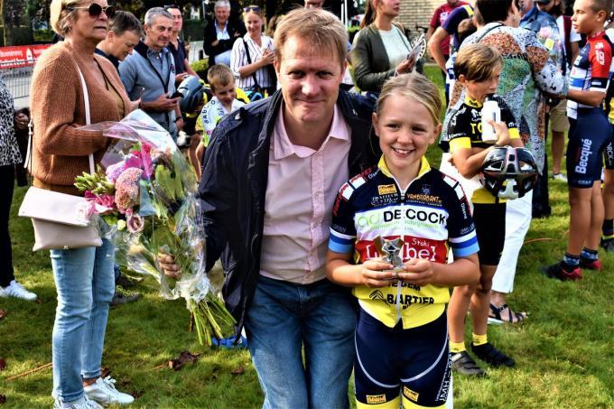 Vader Christophe Soetaert is gelukkig met de overwinning van dochter Margaux.