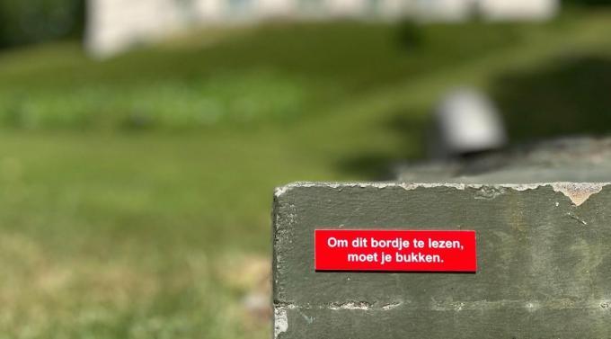 De bordjes hebben slechts één bedoeling: de mensen aan het lachen krijgen. (foto Kamiel De Bruyne)