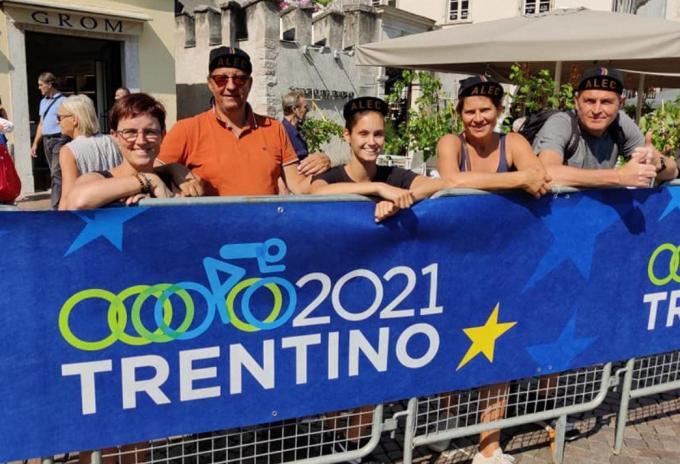 Op het WK in Trento was Sofie Bruneel (uiterst links) er bij om poulain Alec Segaert naar de zege te schreeuwen.