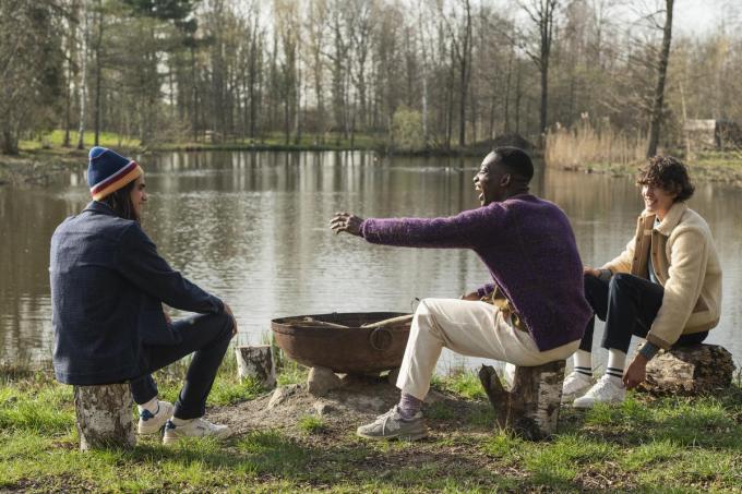 Knusse, casual outfits van het jonge Belgische label Castart. Van links naar rechts: hemd (129 euro), pantalon (159 euro), muts (60 euro); cardigan (189 euro), pantalon (149 euro), kousen (22 euro); teddy vest (289 euro), trui (149 euro), pantalon (139 euro) en kousen (19 euro).