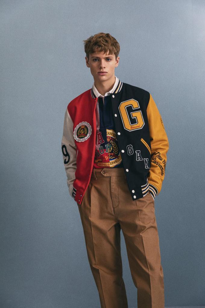 Jas (800 euro) en polosweater (160 euro) met mouwen en een voorpand in contrasterende kleuren, van Gant.