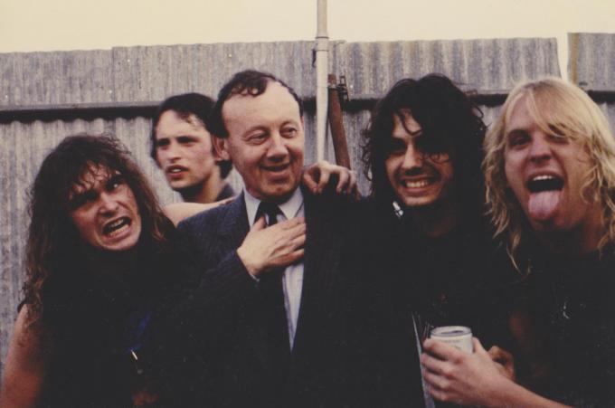 In het boek is er ook een hoofdstuk gewijd aan het legendarische Heavy Sound Festival in Poperinge, waar onder andere Metallica optrad. Op de foto zien we toenmalig burgemeester Marc Mahieu met de muzikanten van Slayer.