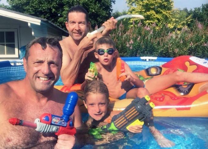 Kurt Huberecht (links) met zijn zoontje Arnaud en Gunther Guinée met zijn dochtertje Bianca in wat toen 'Katana Beach' heette.