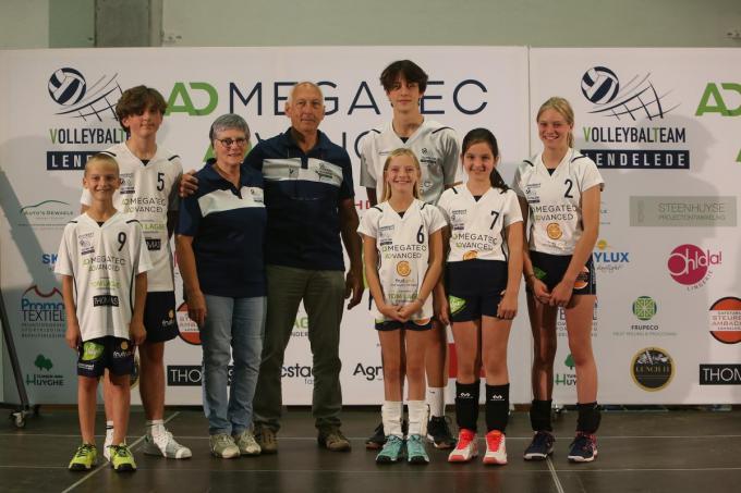 Carlos Debyser en zijn echtgenote Lena Debergh met hun zes kleinkinderen die ook bij VT Lendelede volleyballen.