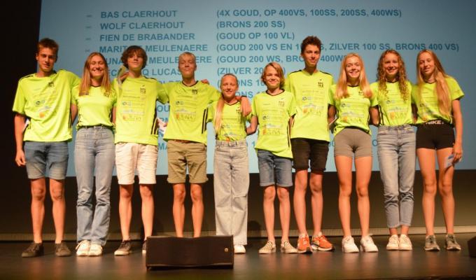 In De Leest vond een hulde plaats. Hier zie je de kampioenen en laureaten van de herfstkampioenschappen ( alternatieve provinciale kampioenschappen). Je herkent v.l.n.r. Wout Vansimaeys, Margo Leterme, Lucas Declercq, Runar de Meulenaere, Yelena Devolder, Wolf Claerhout, Bas Claerhout, Marit de Meulenaere, Fien De Brabander en Laura Lernout. Jonas Devos en Louis Uyttenhove ontbreken.