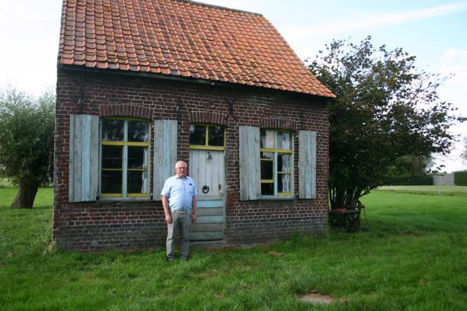 Camille bij het oude schippershuisje in de Steenstraat waar zijn overgrootvader zou hebben gewoond. Aanvankelijk was het huisje, dat bij veel passanten tot de verbeelding spreekt, een stuk groter maar het bouwvallig deel werd afgebroken.