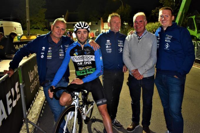 Vlnr. teammanager Luc Courtens, winnaar Kenny Constant, ploegleider Rik Roose, vader Kurt Touquet en verzorger Frederick Vandenheede.