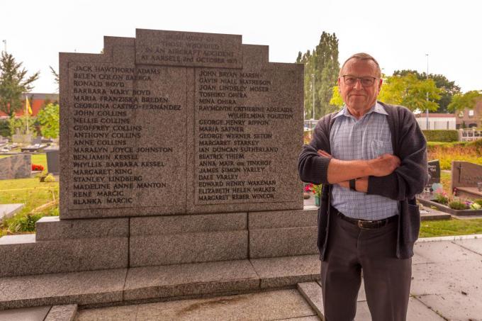 Etienne Arickx bij het graf van 37 slachtoffers die op de begraafplaats van Aarsele hun laatste rustplaats kregen.