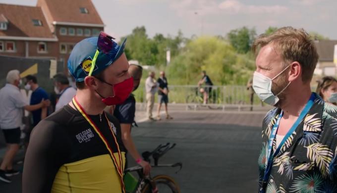 Yves Lampaert en Wouter Deboot in gesprek, net na zijn titel op het BK tijdrijden in Ingelmunster.
