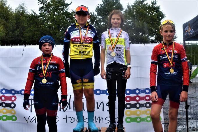 Winnaar Mathis Neirinck samen met zijn naaste belagers Troy Trappeniers en Bas Cools. Roselie Sanders winnares bij de meisjes.