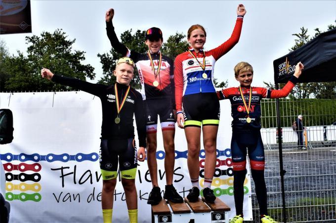 Winnaar Daan Van Raemdonck samen met Liam Depoorter, Mathis Vandenheede en Nicole Van Sighem.