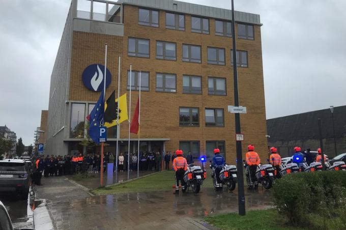 Dinsdagmiddag vond aan het politiekantoor van Oostende, waar de vlaggen halfstok hangen, een herdenkingsmoment gehouden.