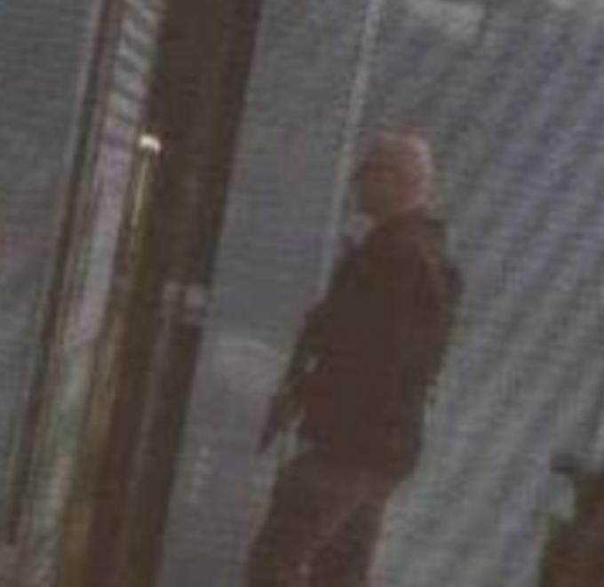 Zwaarbewapende agenten (zoals hier op de foto) zijn op de Vives-campus op zoek naar een verdachte man met een wapen. De politie is massaal ter plaatse, de schoolgebouwen volledig afgesloten.