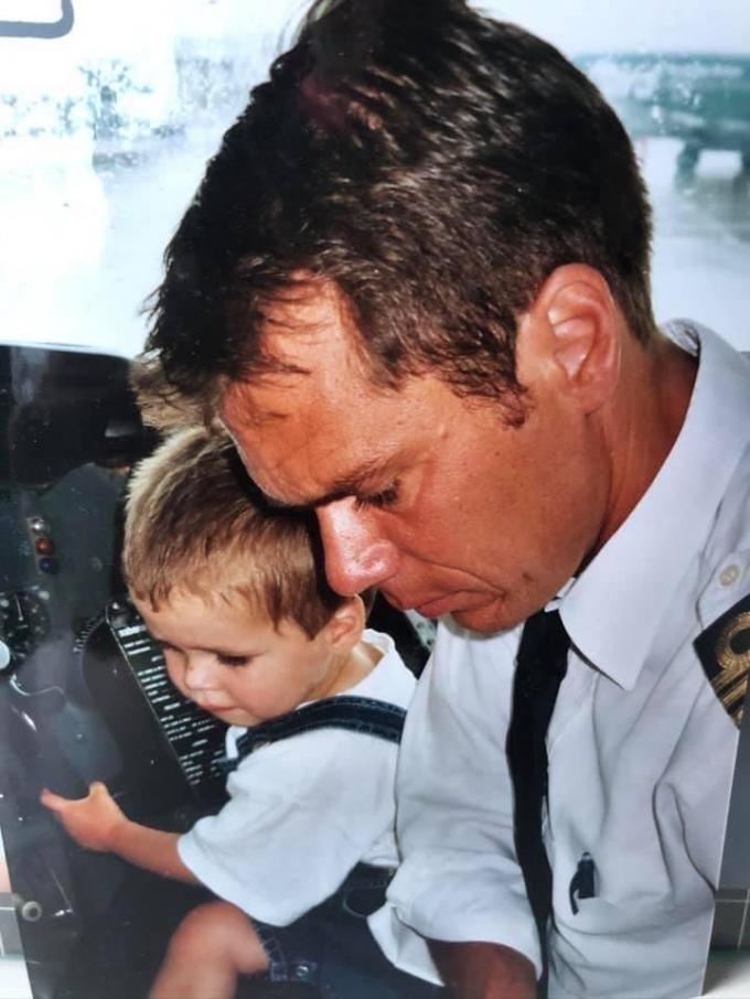 Nander als kleuter op schoot bij zijn papa Lieven.