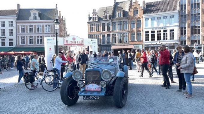 Ook in Brugge hadden de wagens veel bekijks.