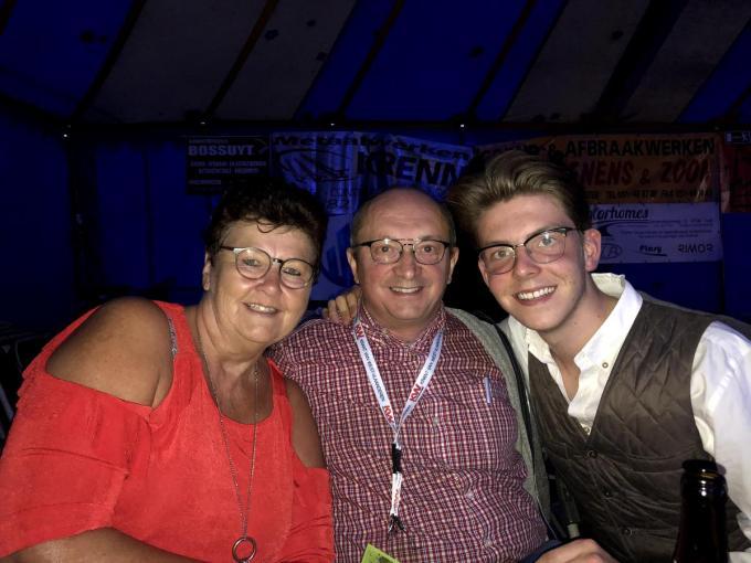 Onze showbizzmedewerker PADI tijdens de Mennefeesten in Ingelmunster, samen met Nicole en kleinzoon Mervyn.