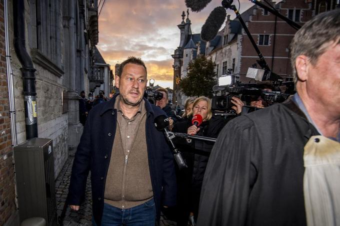 """""""Ik denk dat jullie gaan verschieten van een aantal dingen"""", zei Bart De Pauw bij aankomst aan de rechtbank."""
