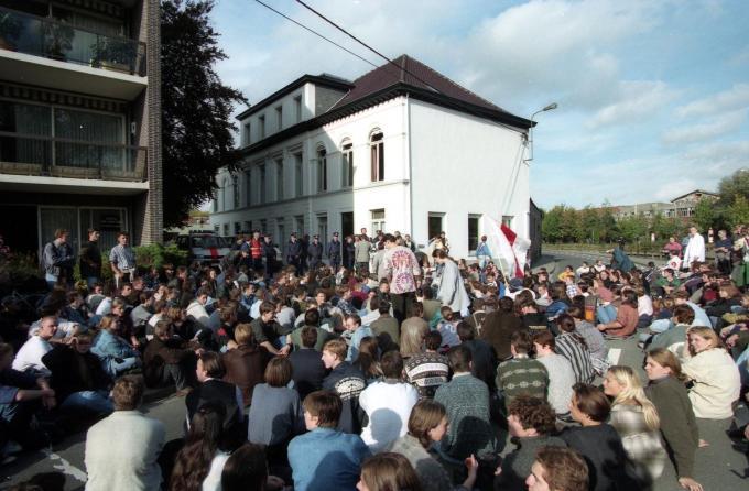 16 oktober 1996 - Betoging tegen het 'arrest Connerotte' aan de woning van toenmalig justitieminster Stefaan De Clerck aan de Damkaai in Kortrijk. Bij ontstentenis van de minister werd de petitie overhandigd aan 'buurman' broer Tony De Clerck. (foto HOL)
