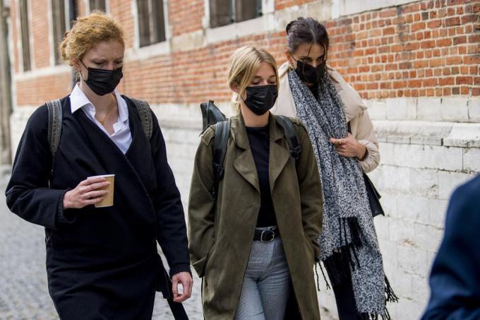 Helena De Craemer, Ella-June Hendrard en Lize Feryn vlak voor de zitting.