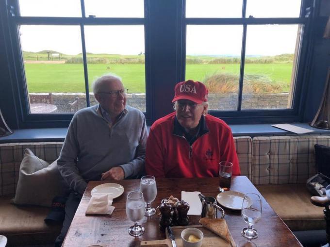 Een dag na de herdenkingen rond 75 jaar D-Day in 2019, was de Amerikaanse president naar Ierland gevlogen voor een onderhoud met de Ierse premier én een bezoek aan zijn eigen golfresort in het kustplaatsje Doonbeg. Het was ginds dat 'The Donald' een praatje maakte met collega-golfer Lippens. Het onderwerp van het gesprek? Golf, uiteraard.© gf